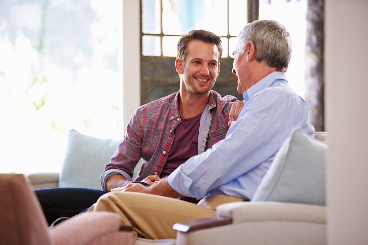 Padre e hijo adulto hablando