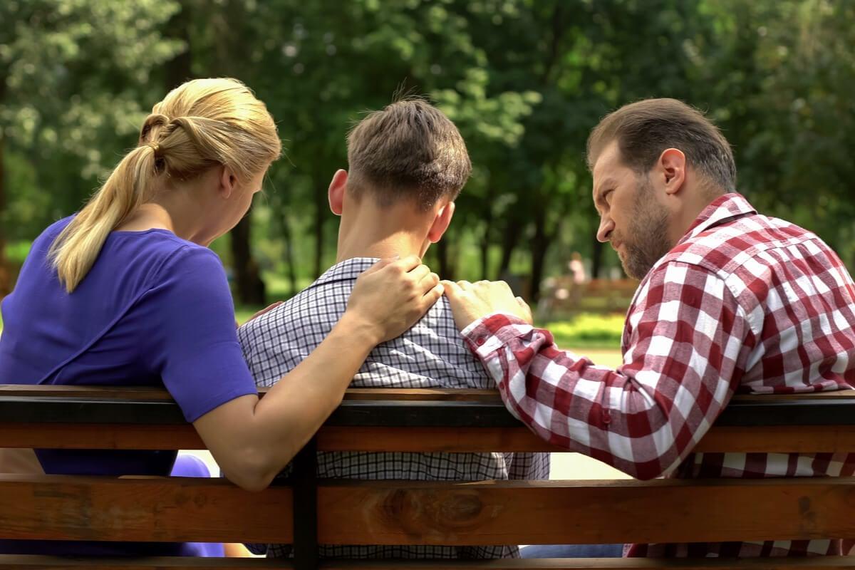 Padres hablando con su hijo