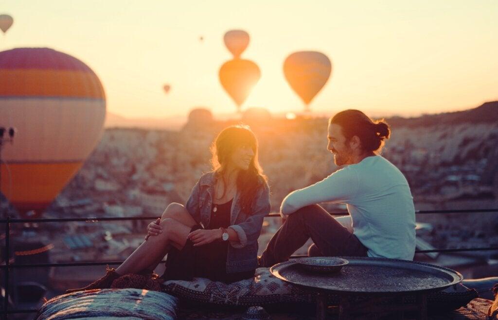 pareja representando esas cosas que harán que una persona se enamore de ti