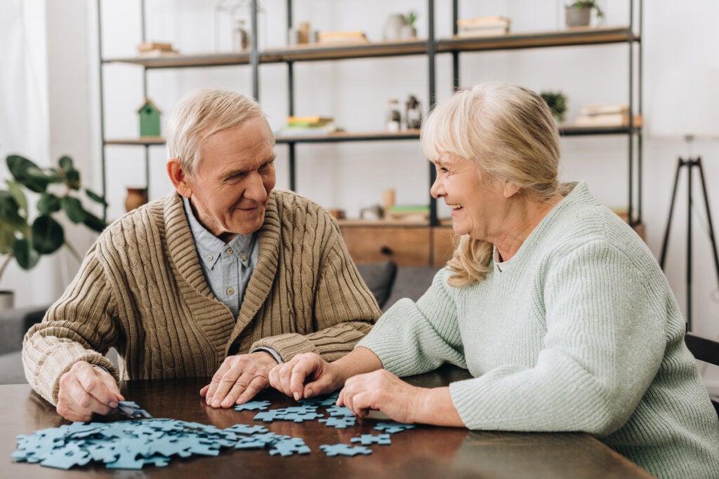 Pareja haciendo un puzzle