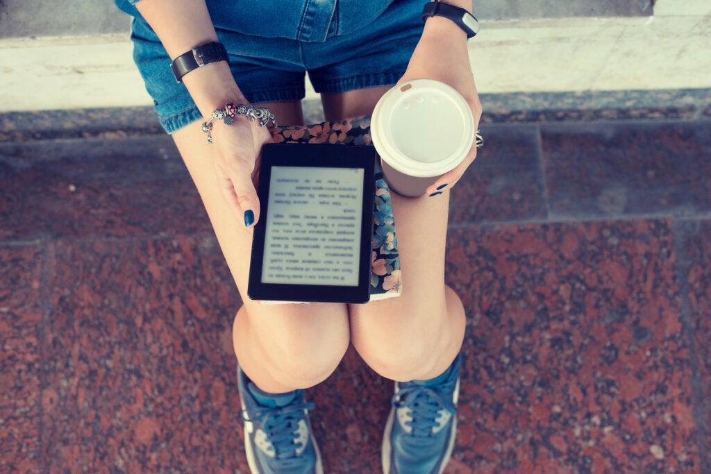 Adolescente con una tablet leyendo sobre leer sin entender