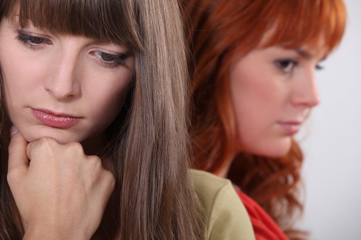chicas pensativas representando el efecto de las relaciones ambivalentes
