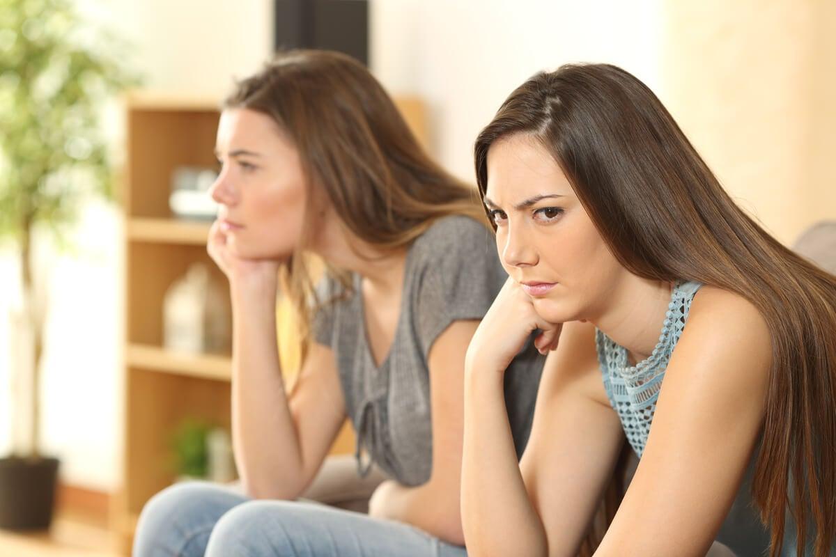Amigas molestas preguntándose ¿Cuándo cortar el contacto con una persona para siempre?