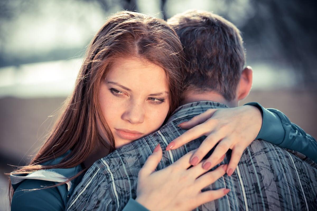 Chica abrazando al novio