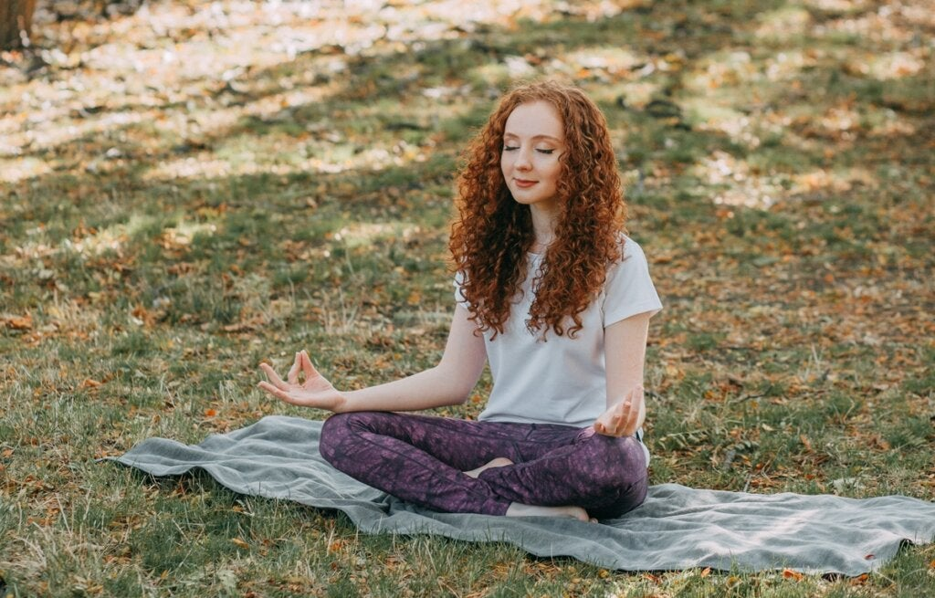 chica practicando el Dhammapada