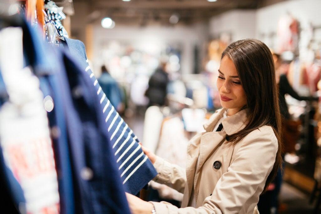 Chica mirando ropa