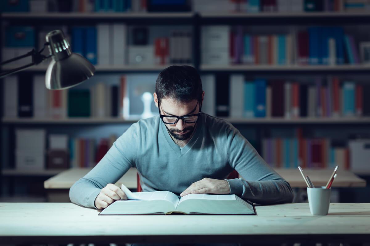 Chico estudiando en la biblioteca
