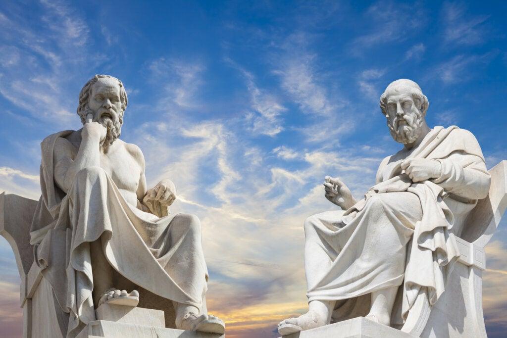 Estatua de Sócrates y Platón