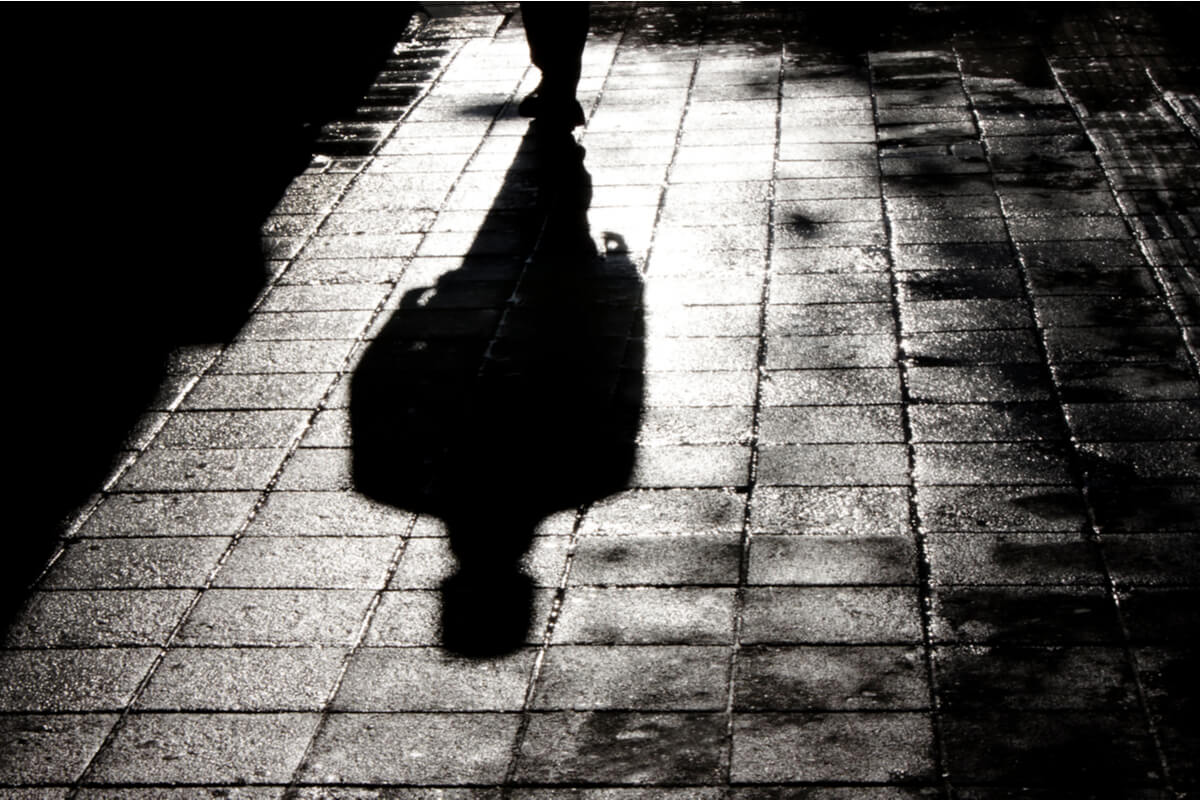 Hombre caminando por la calle de noche