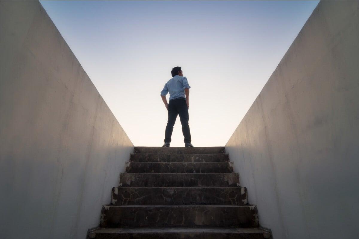 Hombre en una escalera