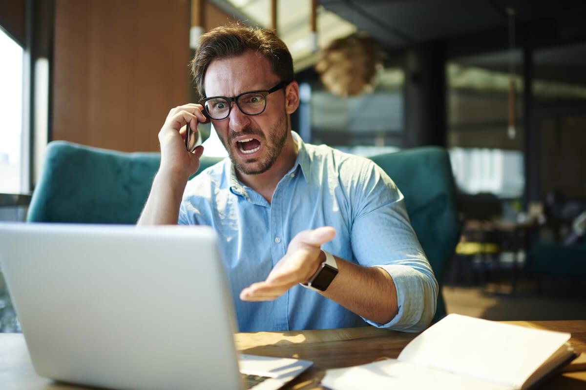 Hombre impulsivo gritando debido a la ira narcisista