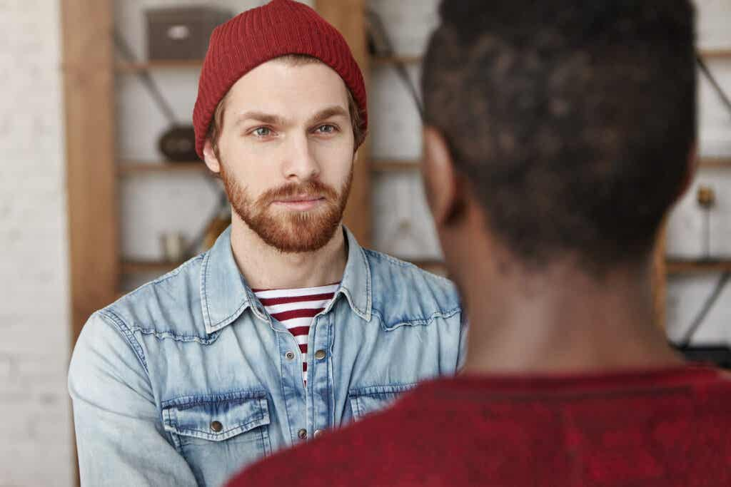 Hombre hablando con su amigo