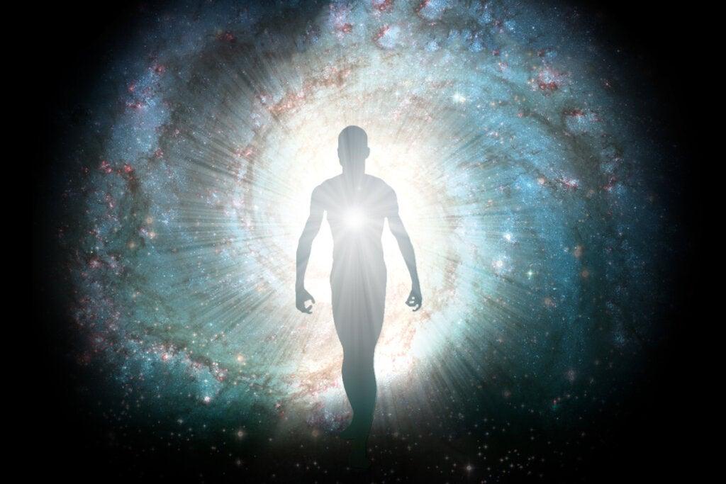 Hombre con luz interior representando el arquetipo del mago