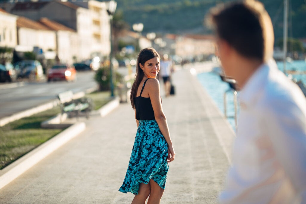 Hombre mirando a una mujer por la calle