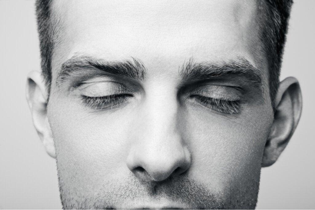 Hombre con ojos cerrados