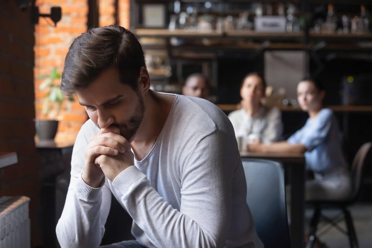 Hombre pensando en los efectos de los narcisistas vulnerables