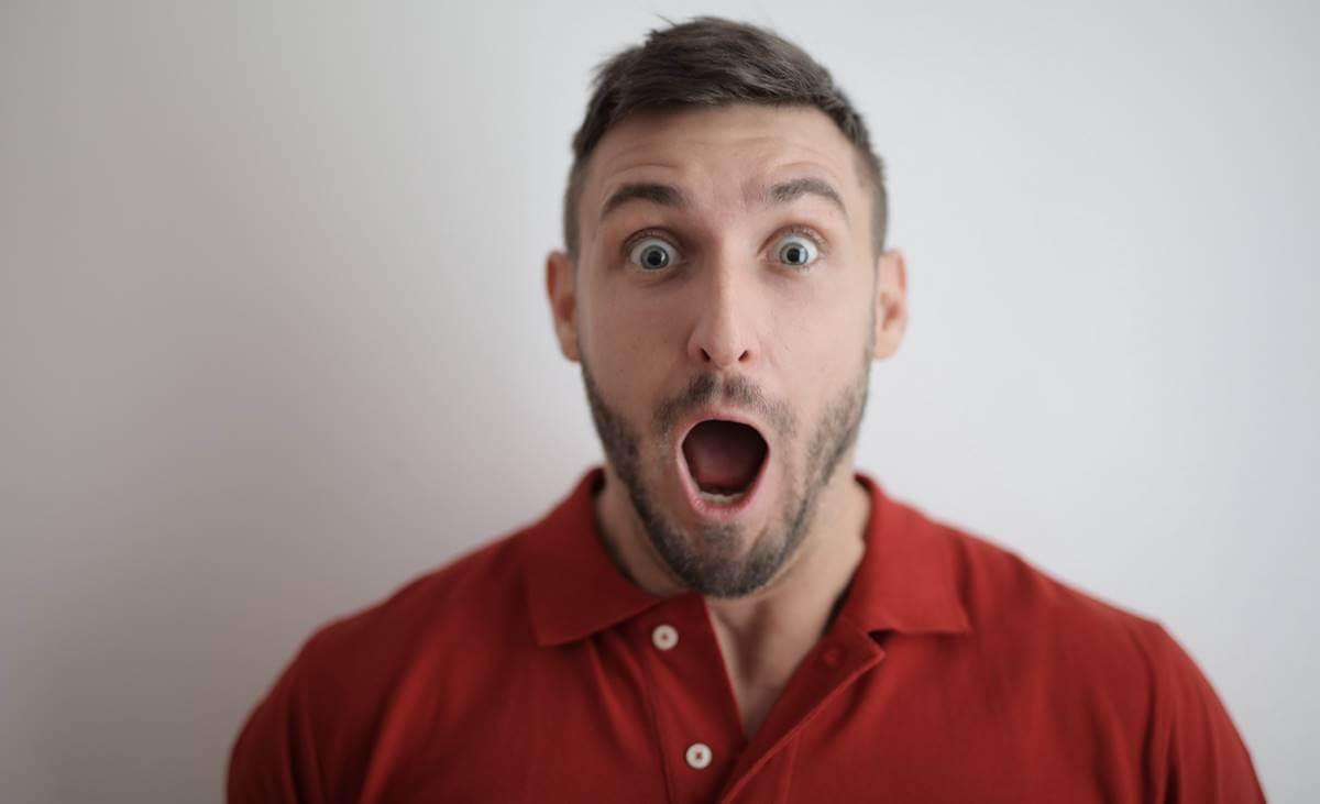 hombre con la boca abierta ante las preguntas divertidas para sorprender a alguien