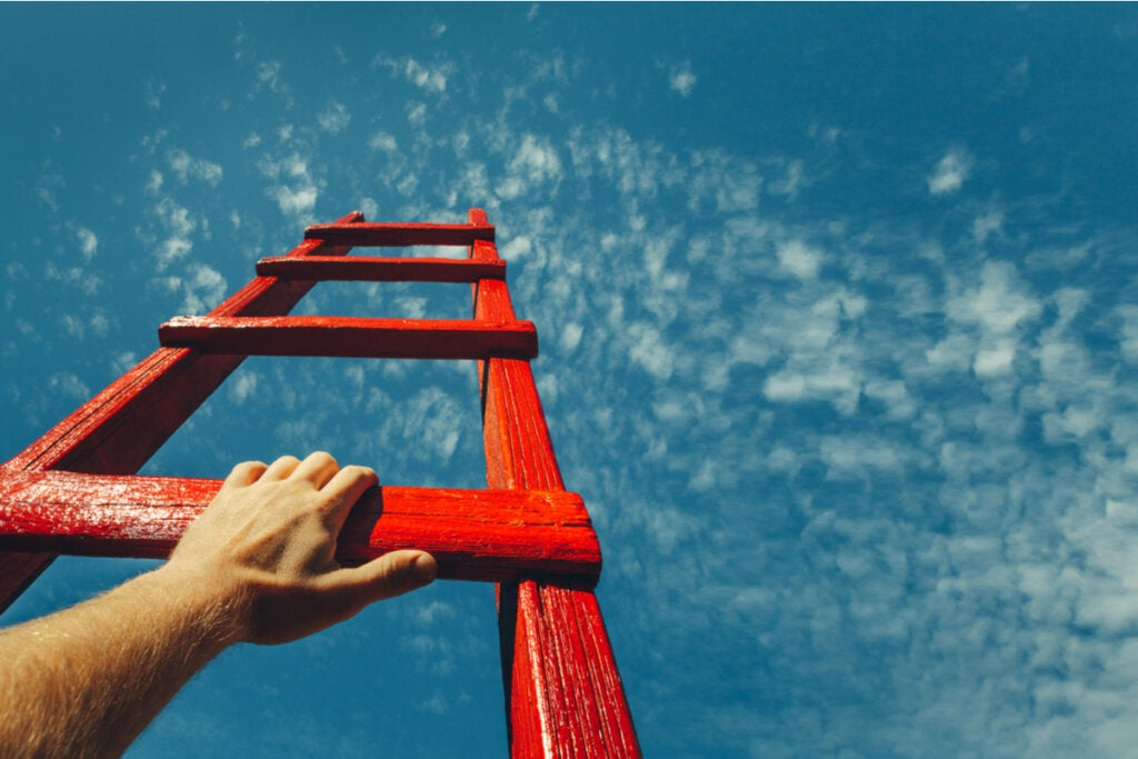 Hombre subiendo en una escalera