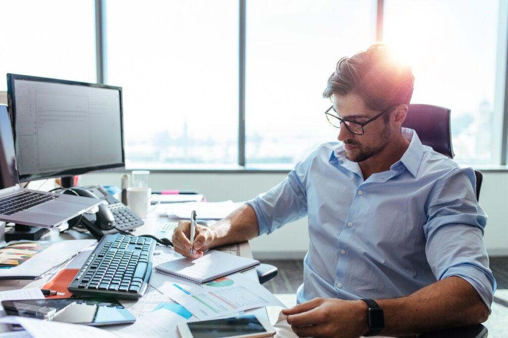 Hombre trabajando y pensando que el trabajo no nos define como personas