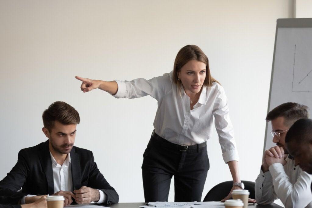 Jefa enfadada con sus empleados representando a las personas intransigentes