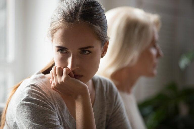 Padres que hacen gaslighting a sus hijos (desgaste emocional)