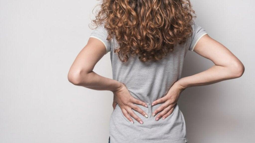 mujer que sufre dolor de espalda por ansiedad