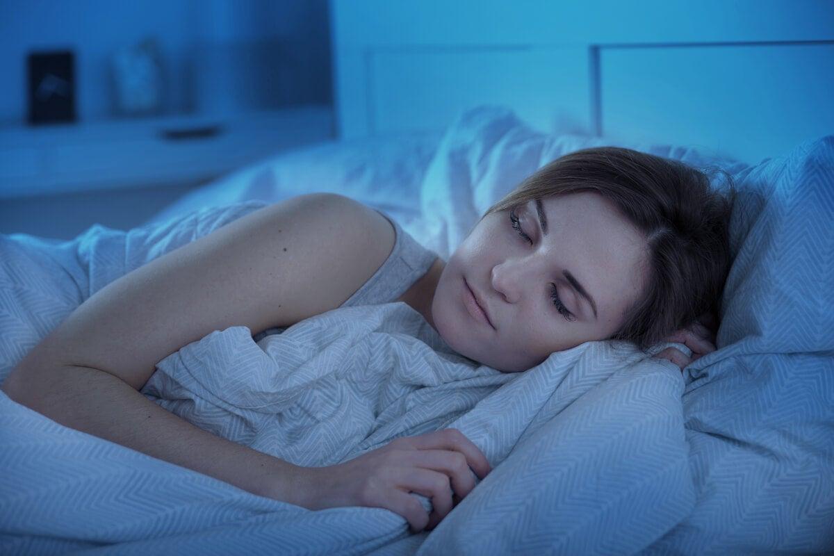 Mujer dormida pensando en el último pensamiento del día