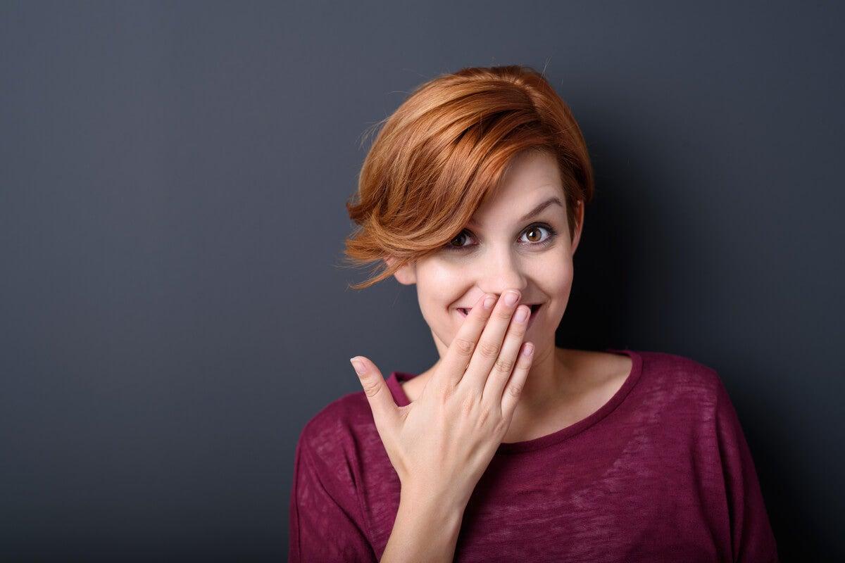 Mujer sorprendida gracias a las preguntas divertidas para sorprender a alguien