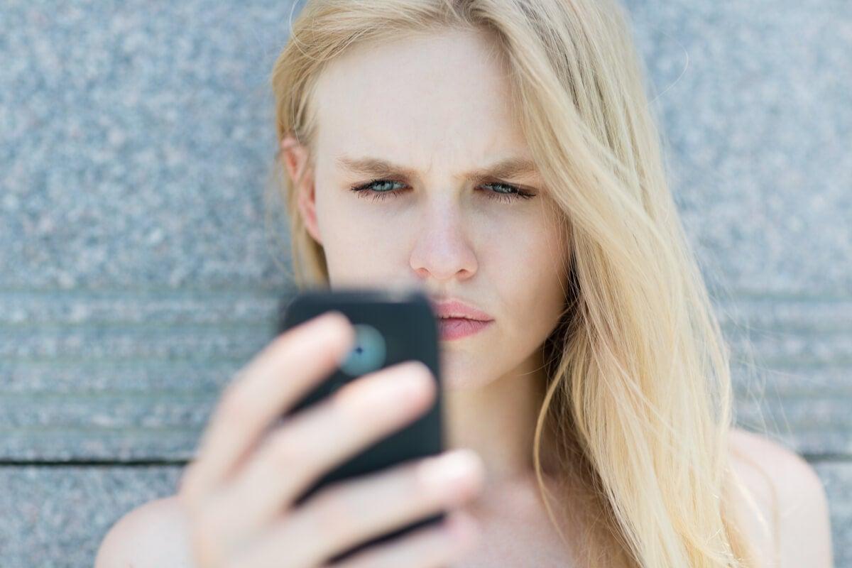 Mujer mirando el móvil