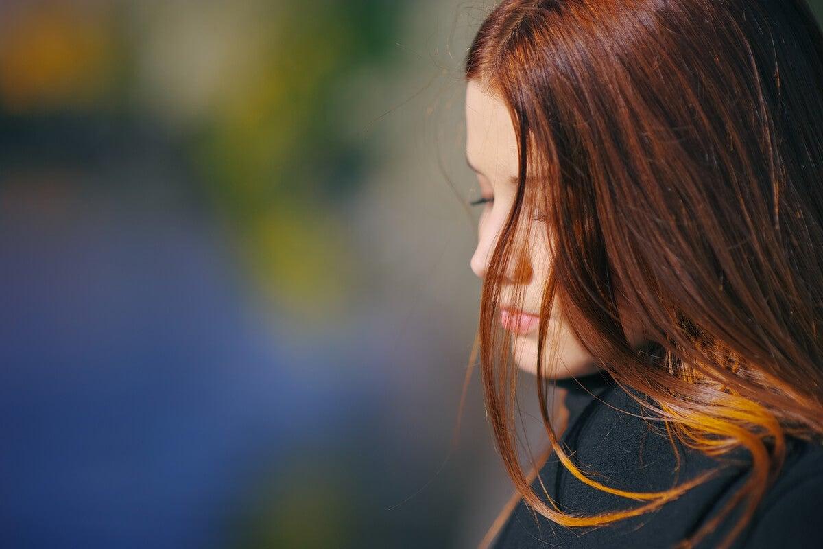 Mujer preocupada por validación emocional