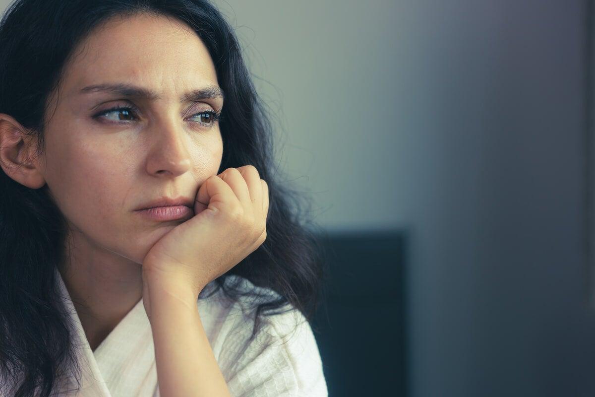 Mujer preocupada en el síndrome de pretzel