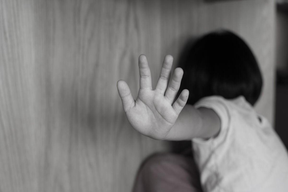 Niño asustado por castigo físico