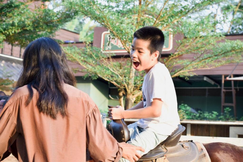 Niño con un caballo
