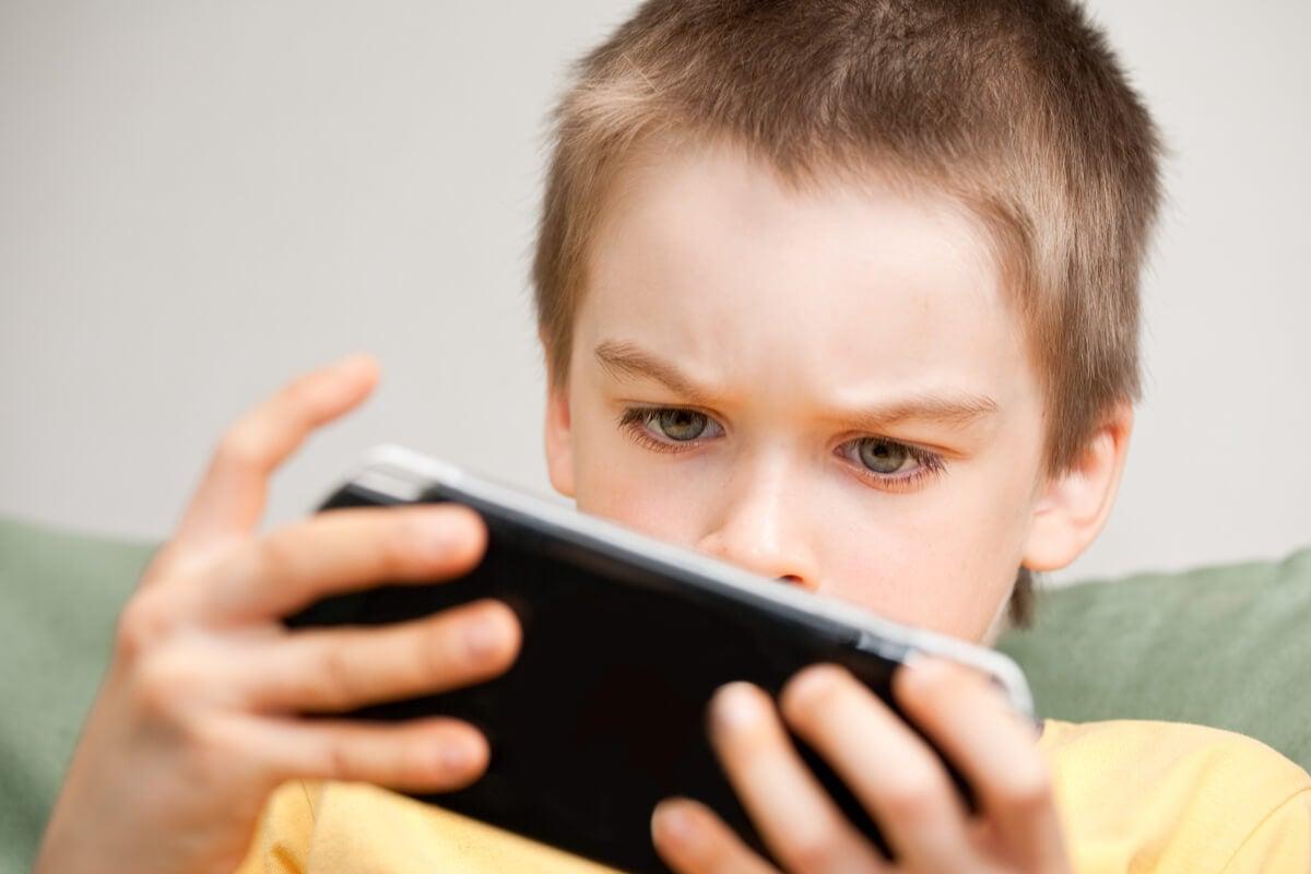 Niño jugando a la videoconsola