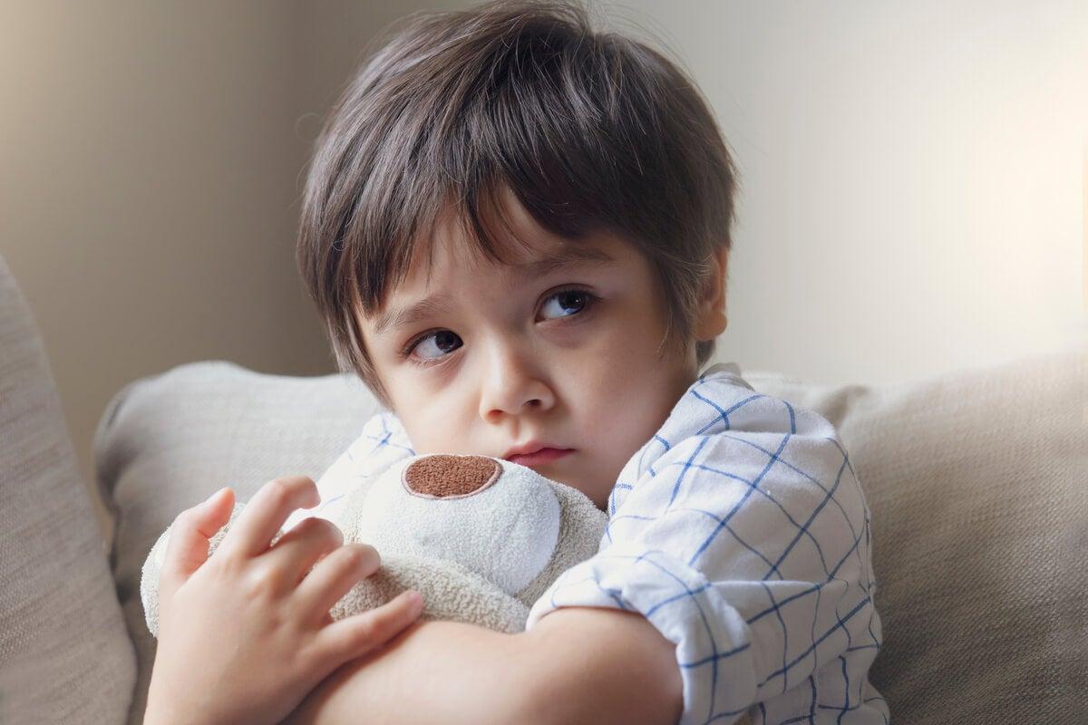 Niño con oso