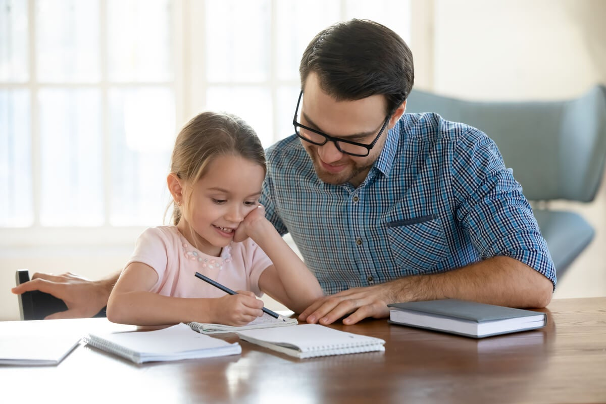 Padre ayudando a su hija