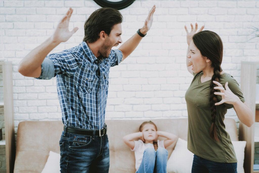 Pareja discutiendo y su hija sufriendo