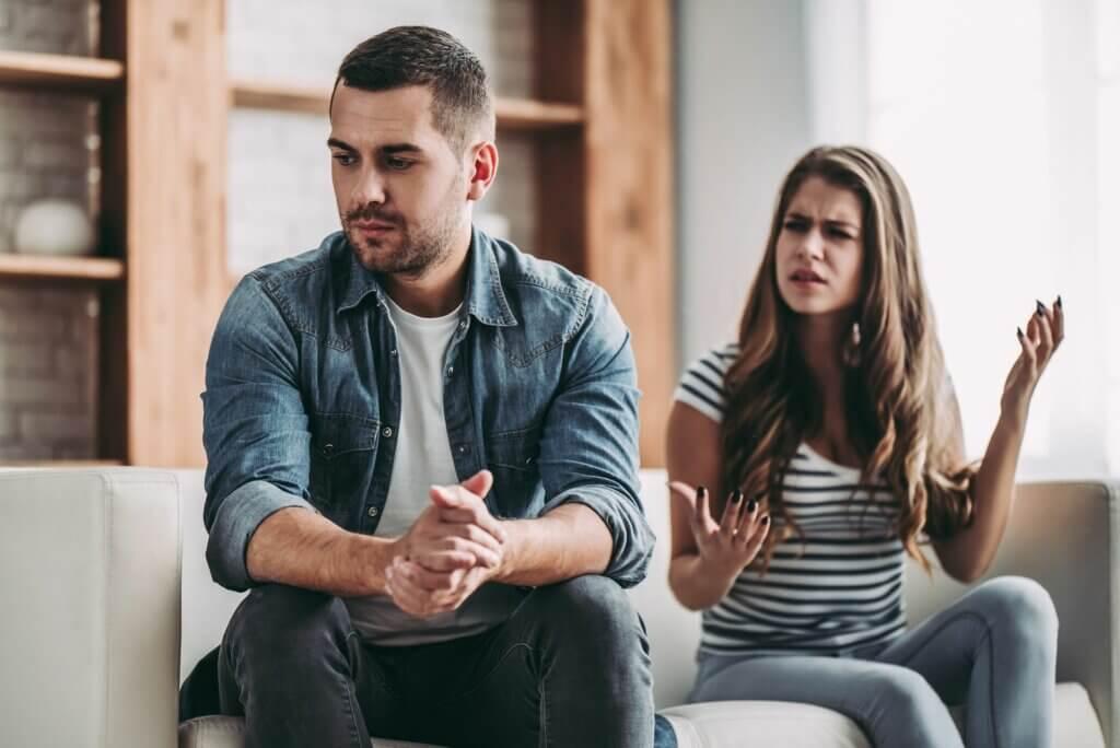 Pareja discutiendo y representando que esperar a que la pareja cambie por ti es una forma de sufrimiento