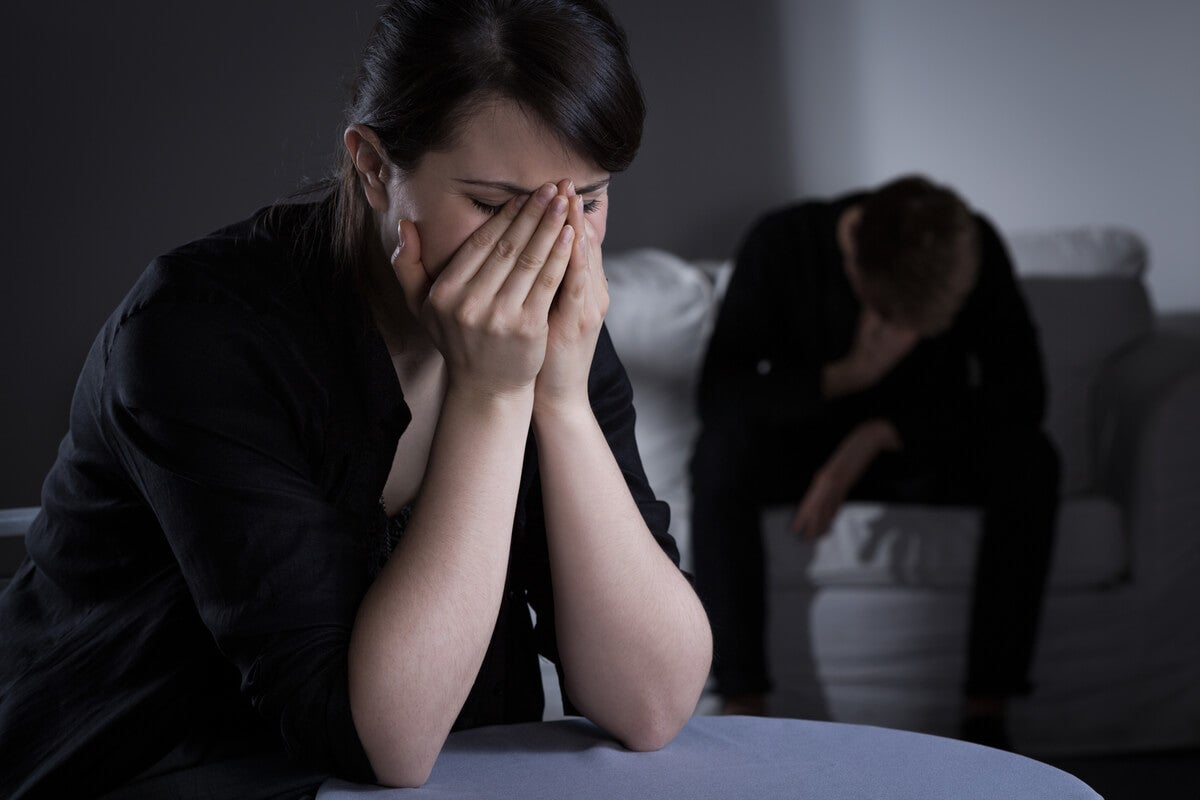 pareja simbolizando la vergüenza asociada al abuso emocional