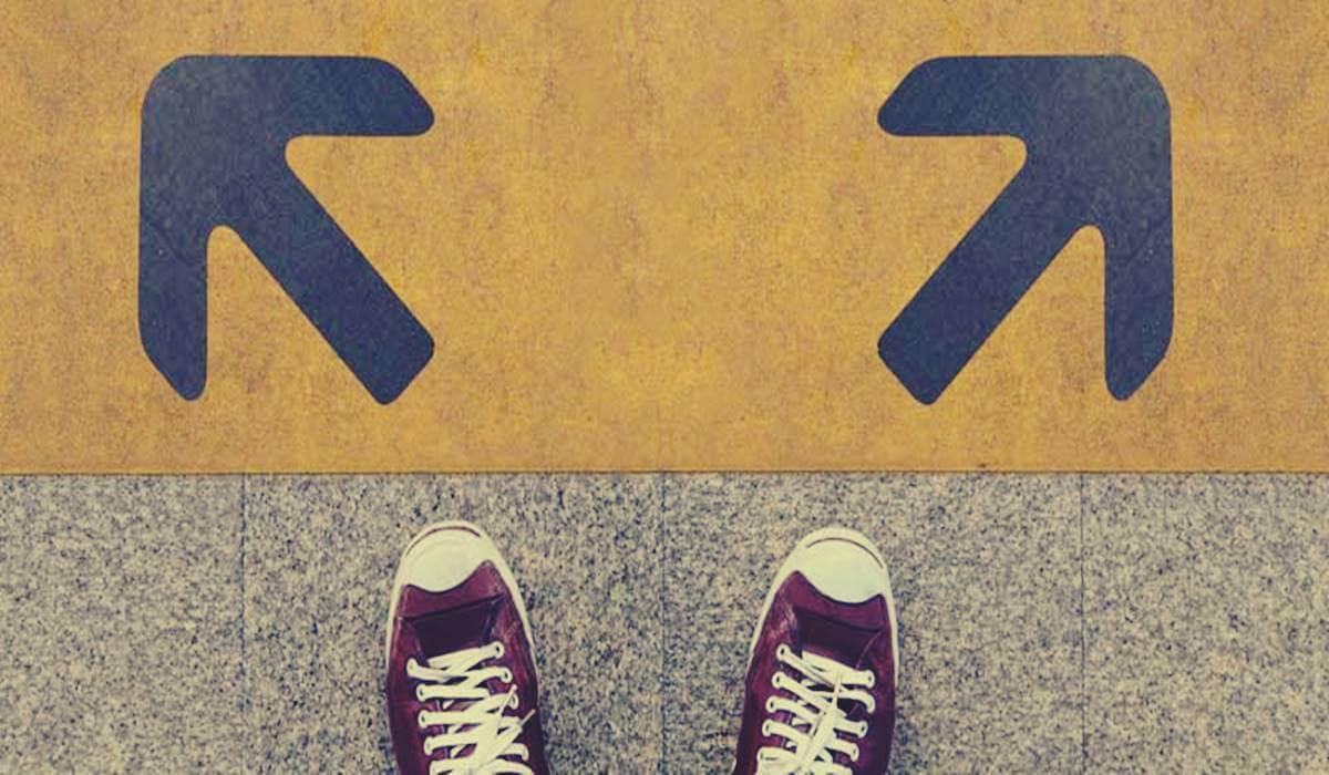pies ante dos direcciones representando el dilema de la manta corta