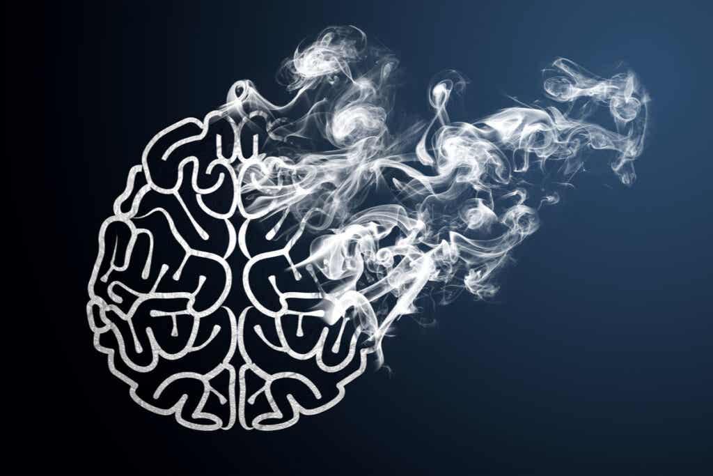 Cerebro con humo representando el vínculo entre la apnea y memoria