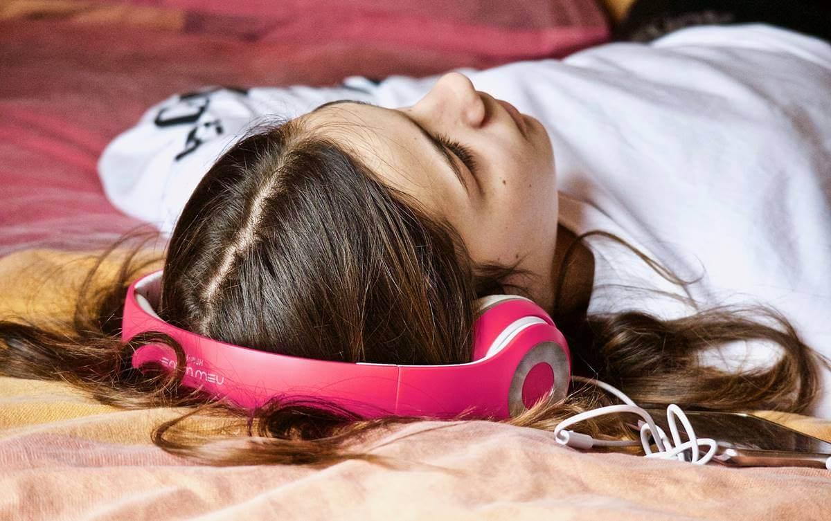 chica acostada representando ¿por qué a algunas personas les gustan las canciones tristes?