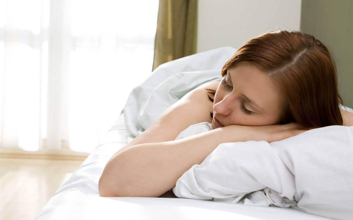 mujer experimentando respuesta del cortisol al despertar