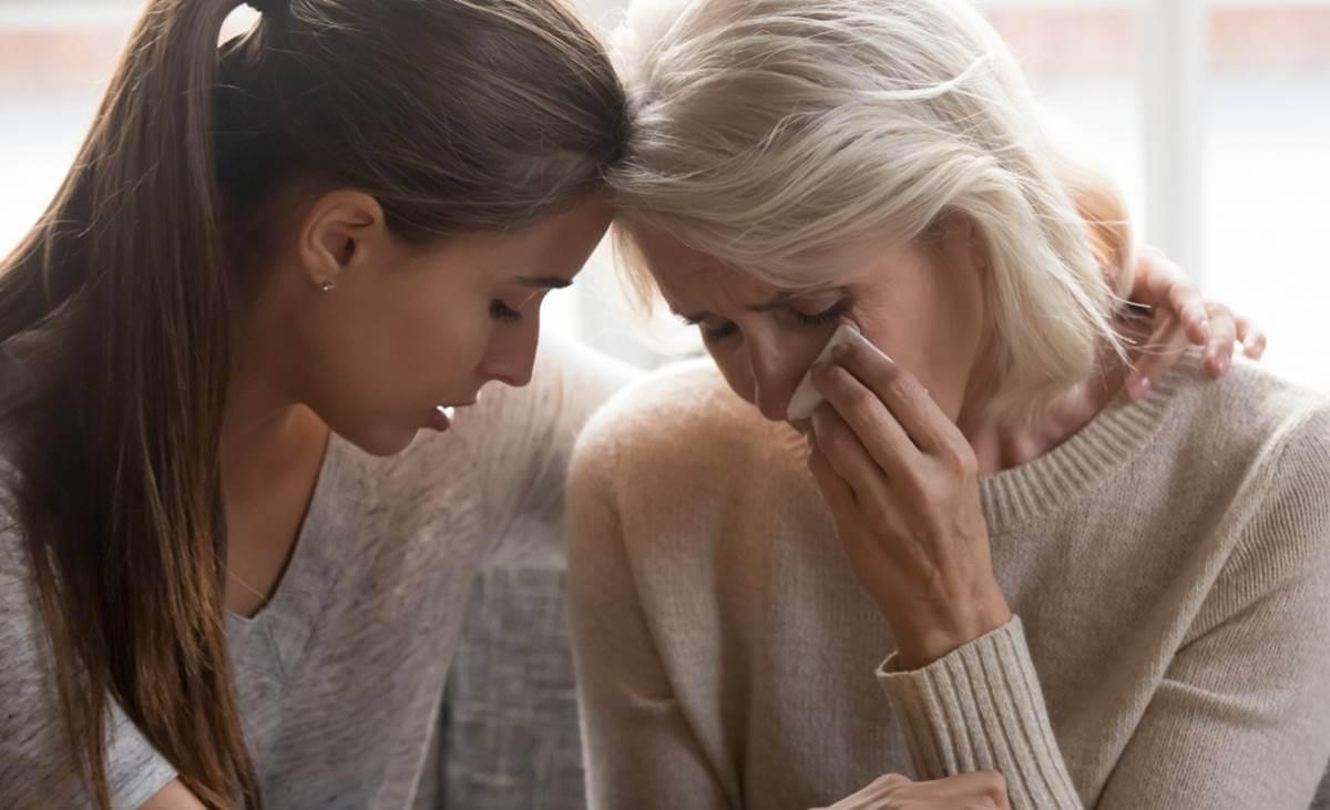 hija apoyando a su madre simbolizando cómo consolar con palabras