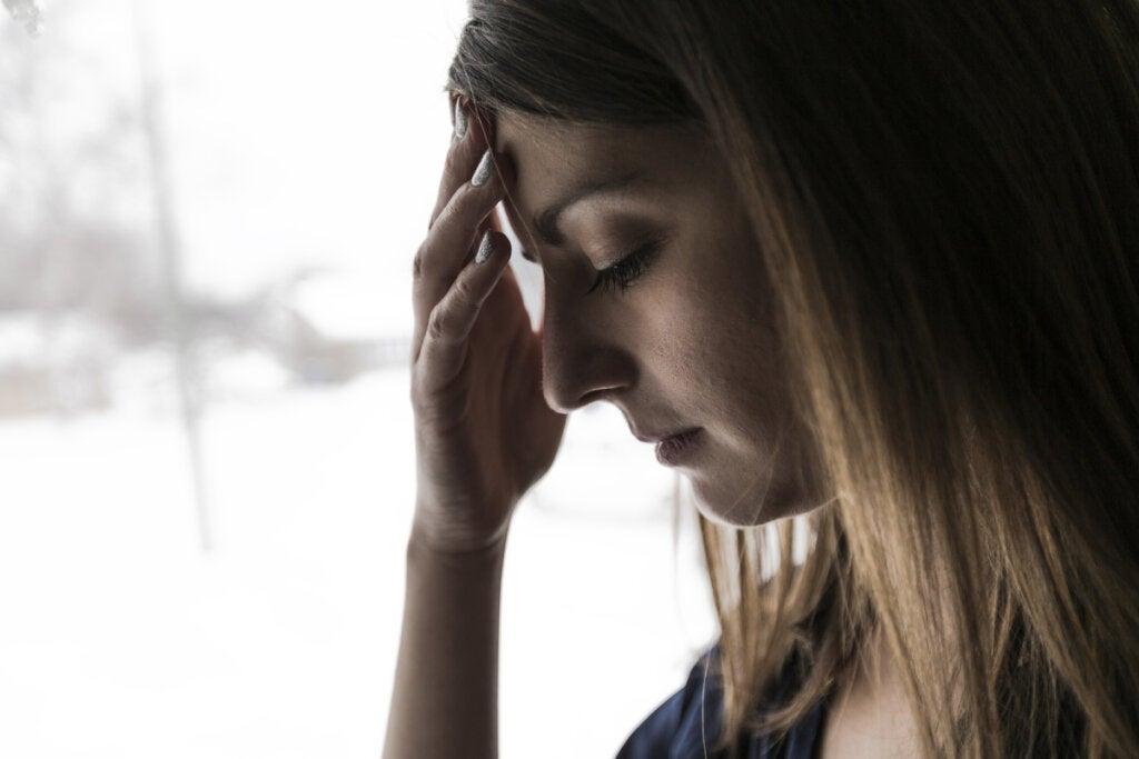 Chica preocupada por la crisis de los 30