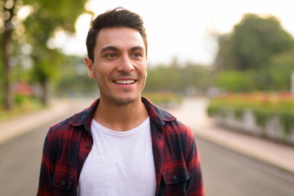 Chico joven sonriendo representando los valores y personalidad