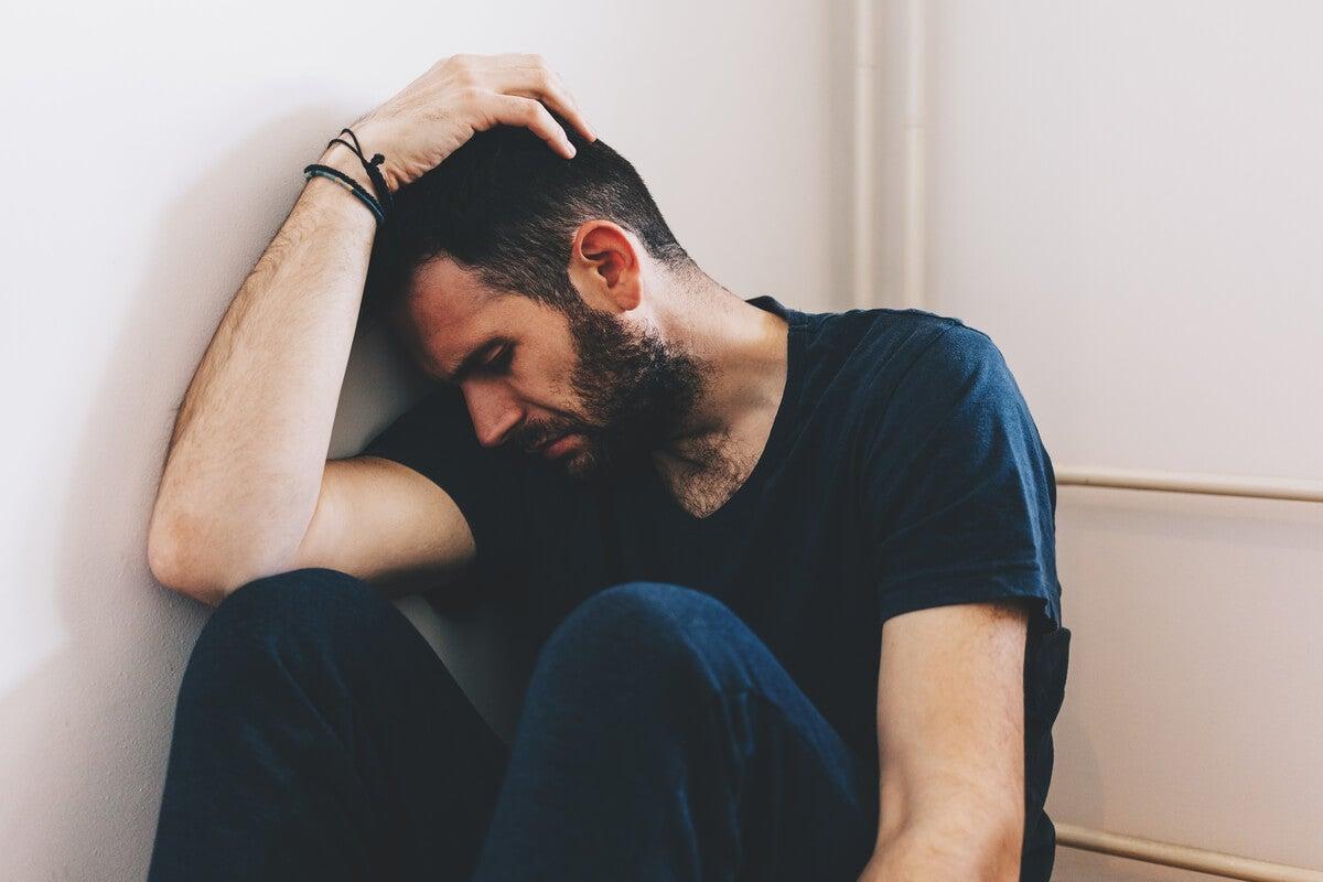 Hombre con ansiedad por intoxicación por drogas