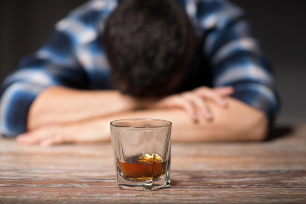 Hombre bebiendo
