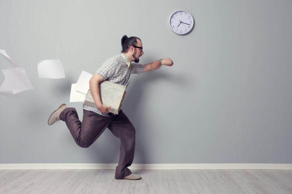Hombre corriendo estresado mientras mira su reloj