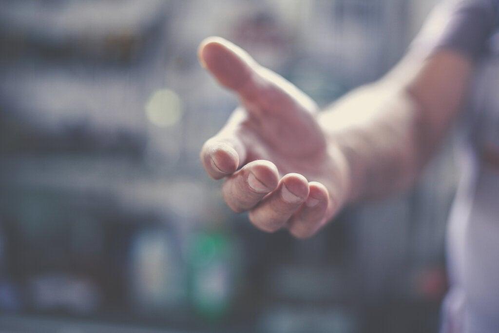 Hombre dando la mano